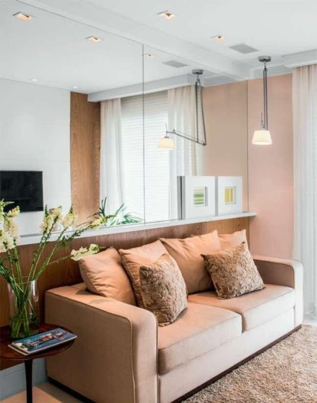 51. Sala de estar com rodameio e parede de espelho e madeira – Foto Casa Abril