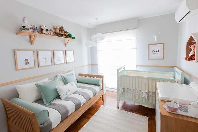 4. Quarto de bebe com rodameio de madeira para decoração azul – Foto Pereira Reade Interiores