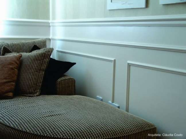 47. Sala com rodameio branco e poltrona bege – Arquiteta Claudia Couto