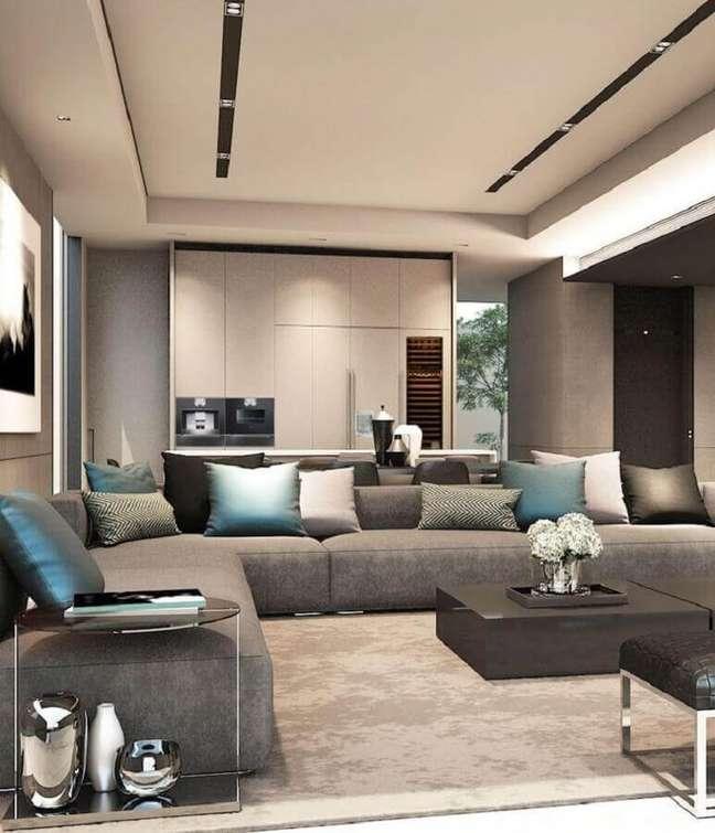 55. Sala moderna decorada com almofadas decorativas para sofá cinza grande – Foto: Gubuk Decor