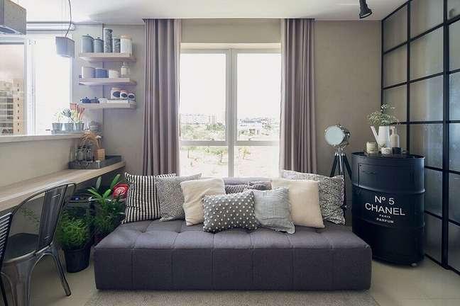 15. combinação de almofadas para sofá cinza em sala pequena decorada com tonel preto – Foto: Minha Casa