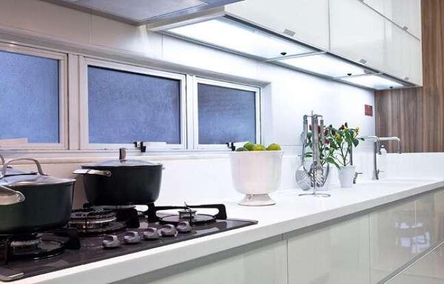 29. Feng shui cozinha: procure posicionar a lata de lixo longe do fogão. Projeto de SQ+ Arquitetos Associados