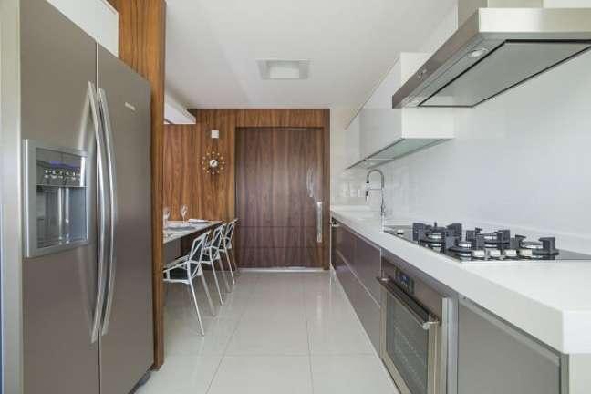 4. Aposte no feng shui na cozinha e mantenha o espaço limpo e organizado. Projeto de Rodrigo Maia