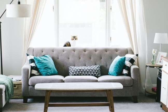 38. Decoração para sala de estar com abajur de piso e almofadas decorativas para sofá cinza – Foto: Unsplash