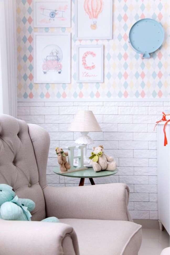 3. Decoração com rodameio adesivo e papel de parede – Foto Santa Luzia Mouldings