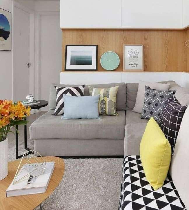 50. Sala decorada com mesa de centro de madeira e almofadas para sofá cinza – Foto: DOOB Arquitetura