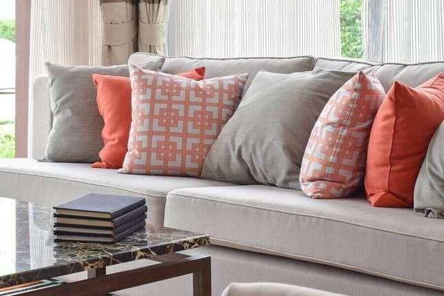 8. Decoração com combinação de almofadas para sofá cinza – Foto: Carole Soffer Design