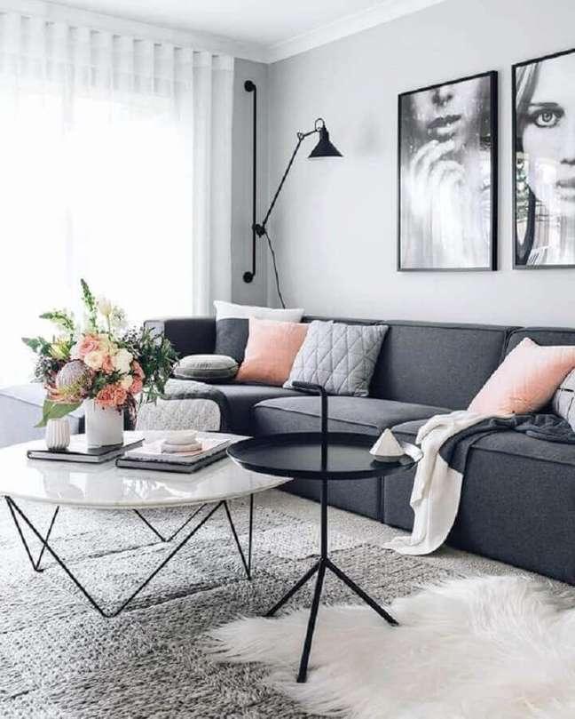 28. Decoração de sala de estar moderna com luminária de parede e almofadas para sofá cinza – Foto: Decostore – Casa & Decoração
