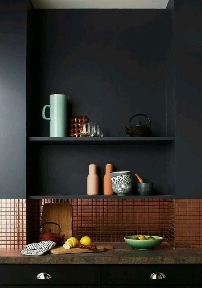 15. Cozinha com rodameio cinza e revestimento bronze – Foto Cote Maison