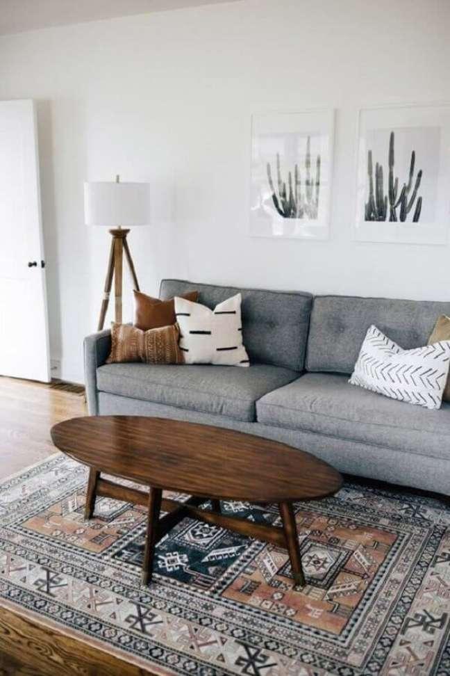 59. Sala simples decorada com mesa de centro oval e almofadas para sofá cinza – Foto: west elm
