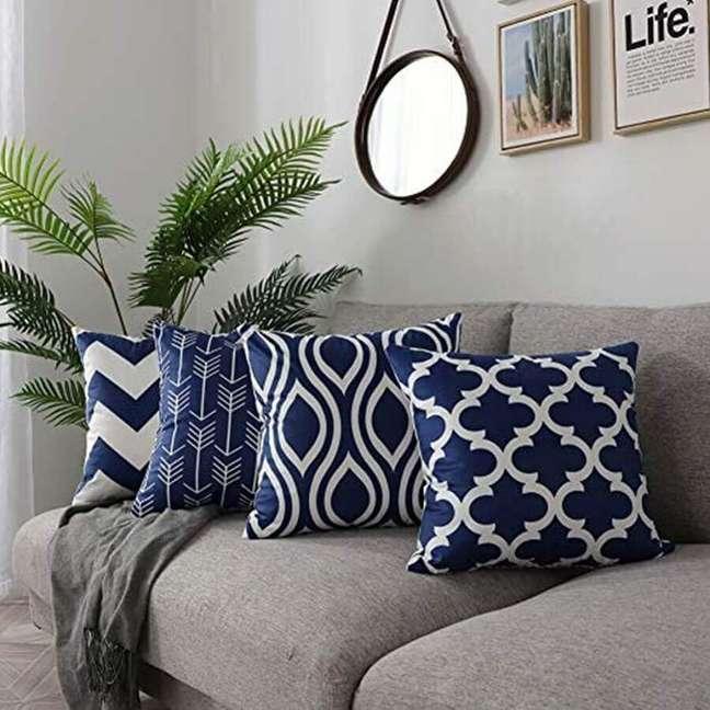 16. Combinação de almofadas para sofá cinza estampadas – Foto: Propstation