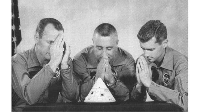 Tripulação da Apollo 1 reza, preocupada com os problemas de segurança da espaçonave. Spoiler: Não adiantou.