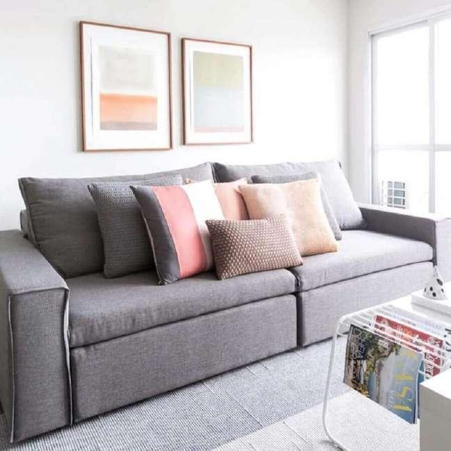 21. Decoração clean para sala minimalista com almofadas para sofá cinza – Foto: Apto 41