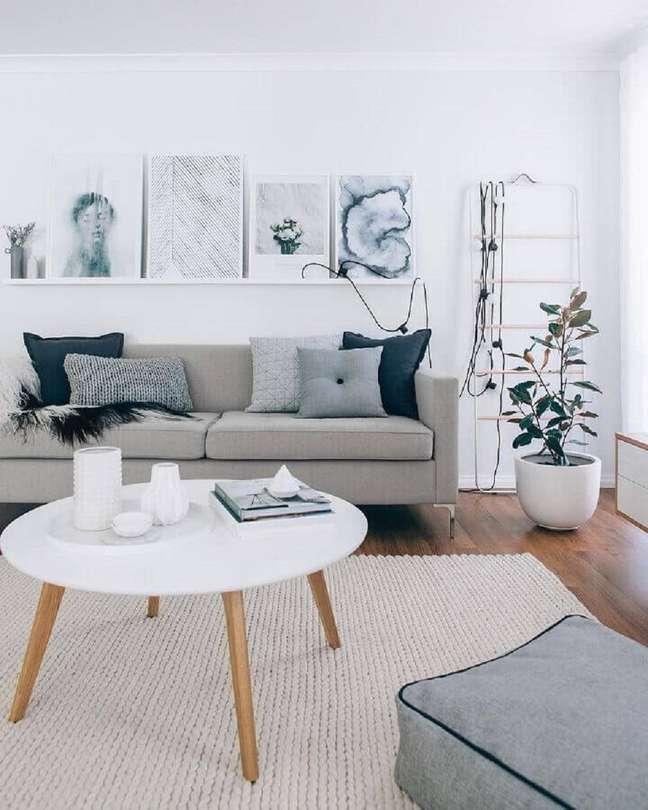 36. Decoração minimalista para sala com tapete de crochê e almofadas para sofá cinza – Foto: TheDesignDays