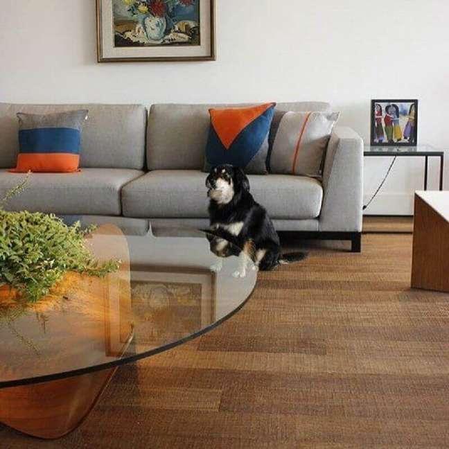 42. Mesa de centro de vidro para decoração de sala com almofadas para sofá cinza – Foto: Gabi Work