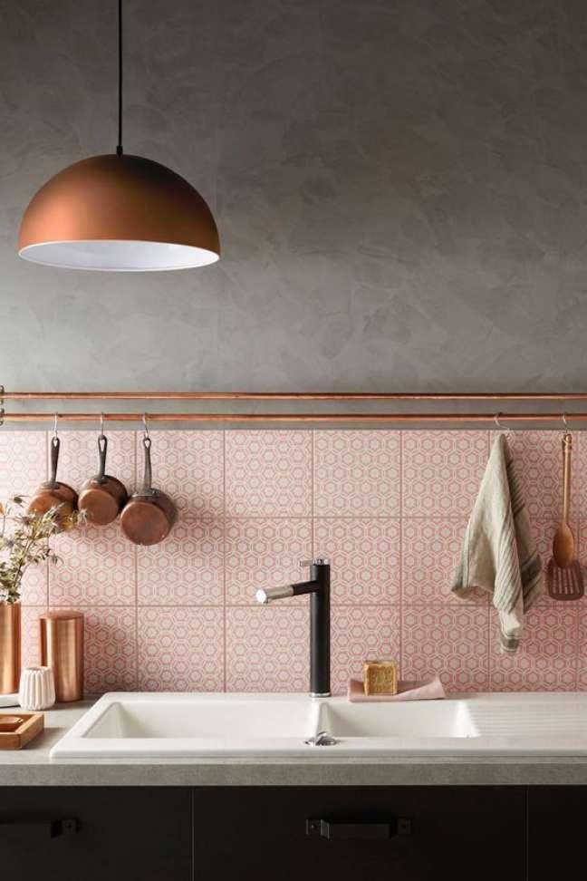 14. Cozinha com rodameio bronze e revestimento cor de rosa – Foto Novocom