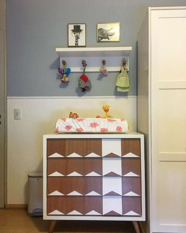 60. Quarto infantil com rodameio branco e parede azul – Foto Lolafá