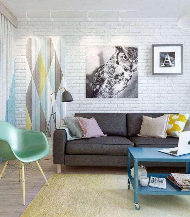 24. Decoração de sala com parede tijolinho branco e almofadas para sofá cinza – Foto: Yandex