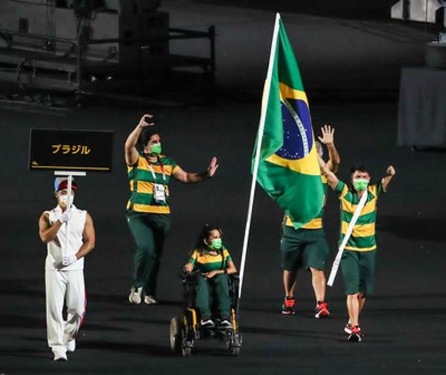 Petrúcio Ferreira e Evelyn Oliveira carregam a bandeira do Brasil na cerimônia de abertura (Foto: Divulgação)