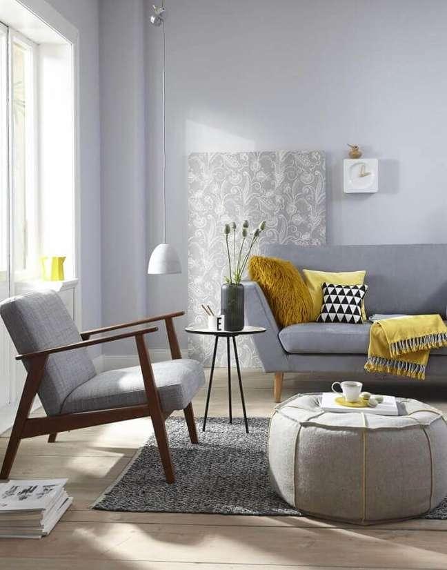 45. Poltrona de madeira para sala decorada com almofadas para sofá cinza com pés palito – Foto: Westwing Brasil