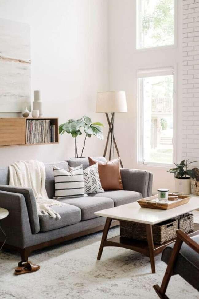 10. Almofadas para sofá cinza em sala decorada com abajur de chão – Foto: Harmony House