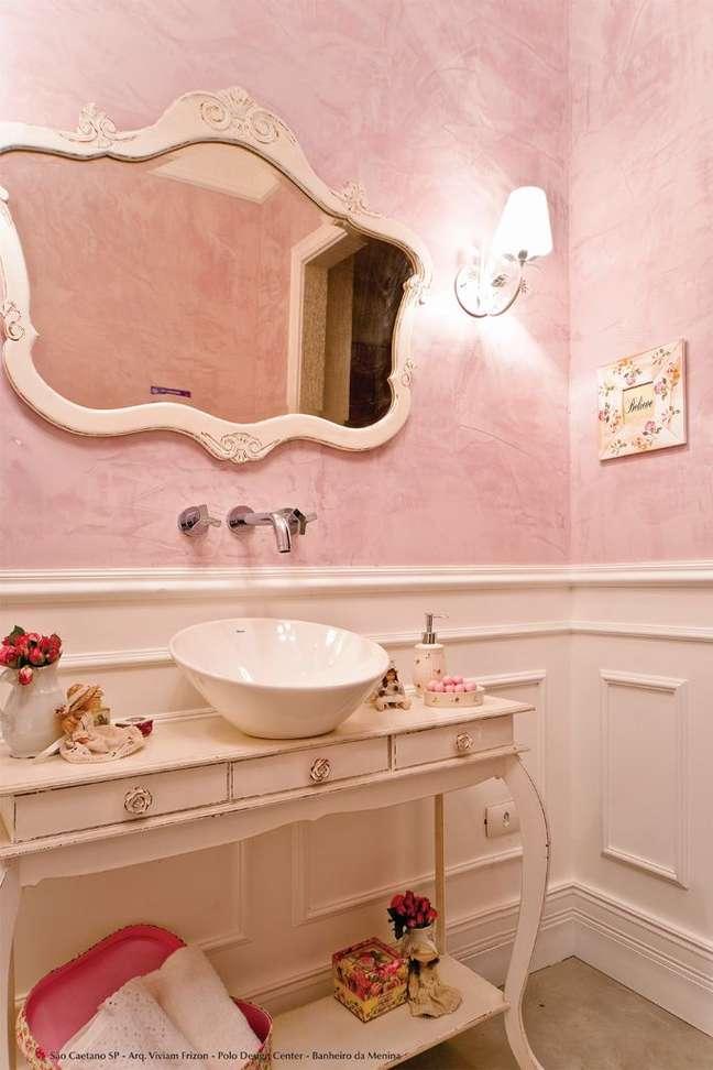 12. Banheiro rosa com rodameio branco e espelho detalhado – Foto Vivian Frizon