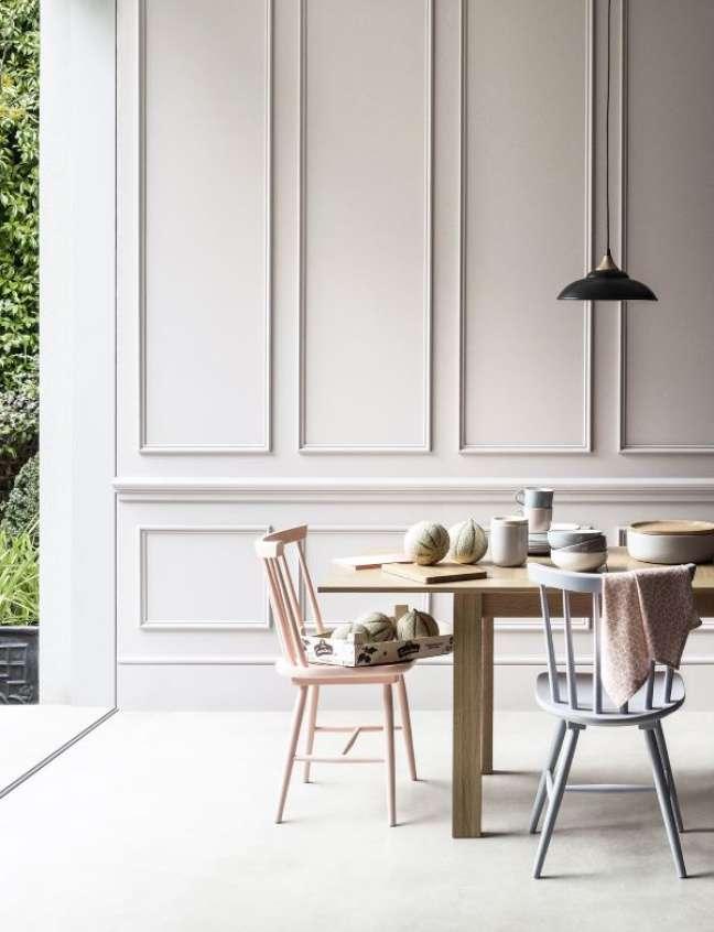 54. Sala de jantar com rodameio branco de gesso – Foto Mazza Interiors