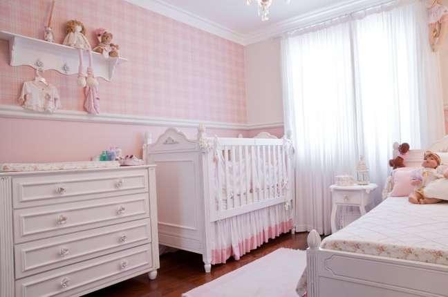 29. Quarto de bebe com rodameio adesivo branco e papel de parede xadrex – Foto Elo7