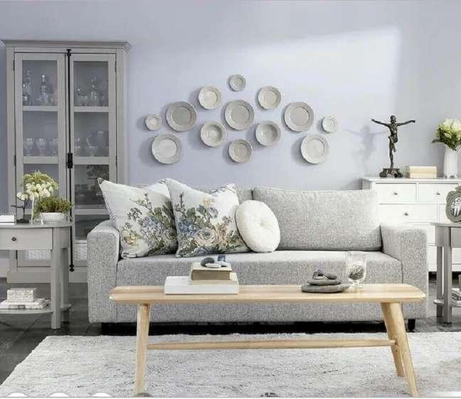 19. Decoração clássica com almofadas para sofá cinza claro – Foto: Tok&Stock
