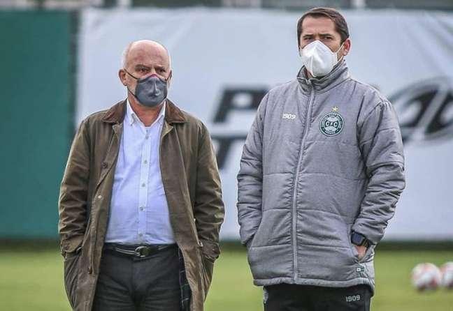 Newton Drummond (esq.) ao lado do técnico Gustavo Morínigo (Divulgação/Coritiba)