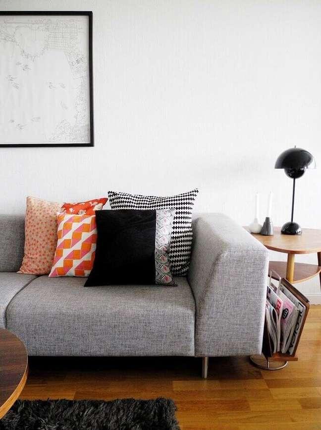 17. Combinação de almofadas para sofá cinza – Foto: Baby Ramen