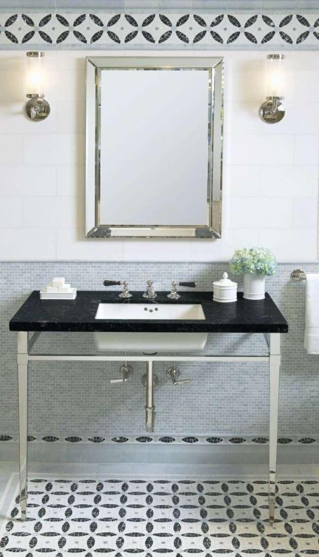 11. Banheiro decorado com rodameio azul e branco – Foto Ann Sacks Mosaics