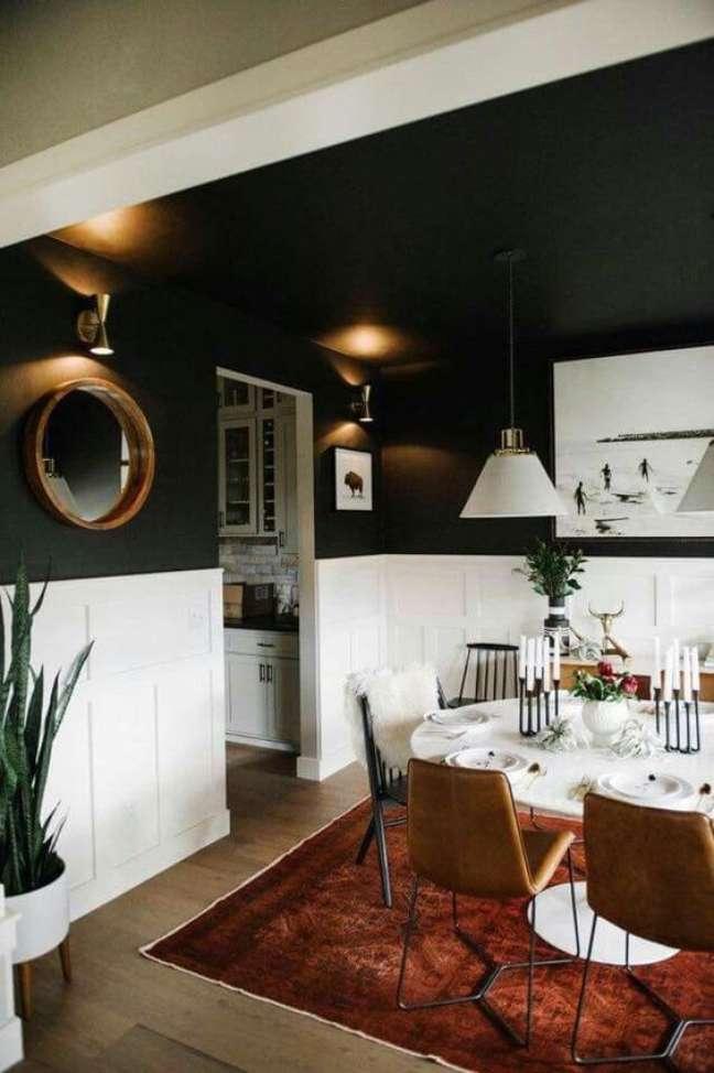 55. Sala de jantar com rodameio branco e tinta de parede cinza escuro – Foto List Spirit