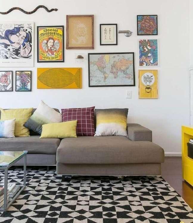 52. Sala decorada com mural de quadros e almofadas decorativas para sofá cinza – Foto: Gisele Rampazzo