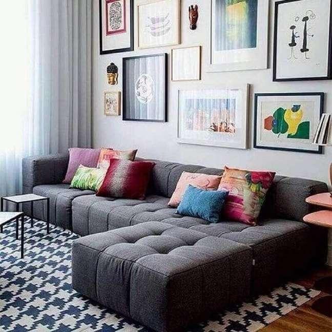 3. Decoração de sala com almofadas para sofá cinza escuro e quadros de parede – Foto: Dcore Você