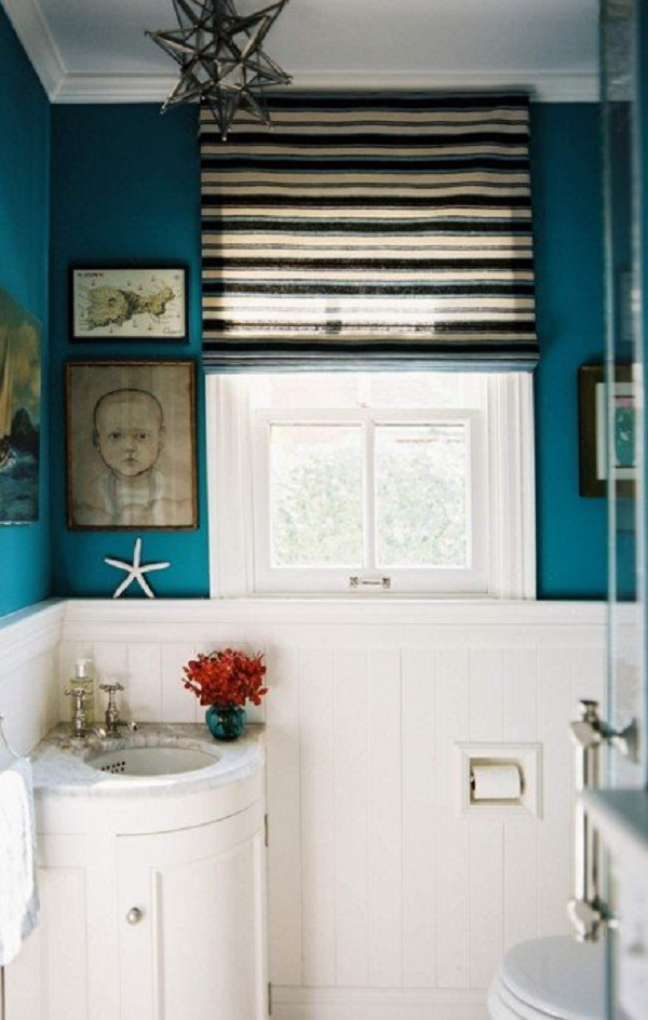 59. Banheiro com rodameio branco e tinta azul – Foto Laurel Bern Interiors