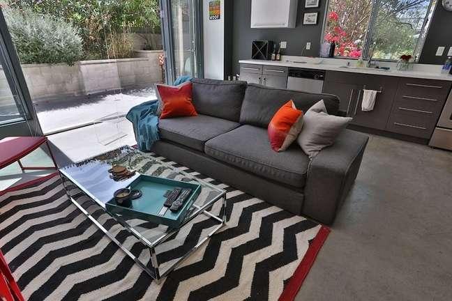 61. Tapete preto e branco para decoração de sala com almofadas para sofá cinza escuro – Foto: Meg Frank Interiors