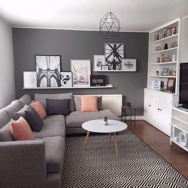 5. Decoração de sala com estante branca e almofadas para sofá cinza de canto – Foto: Michael Madley Design