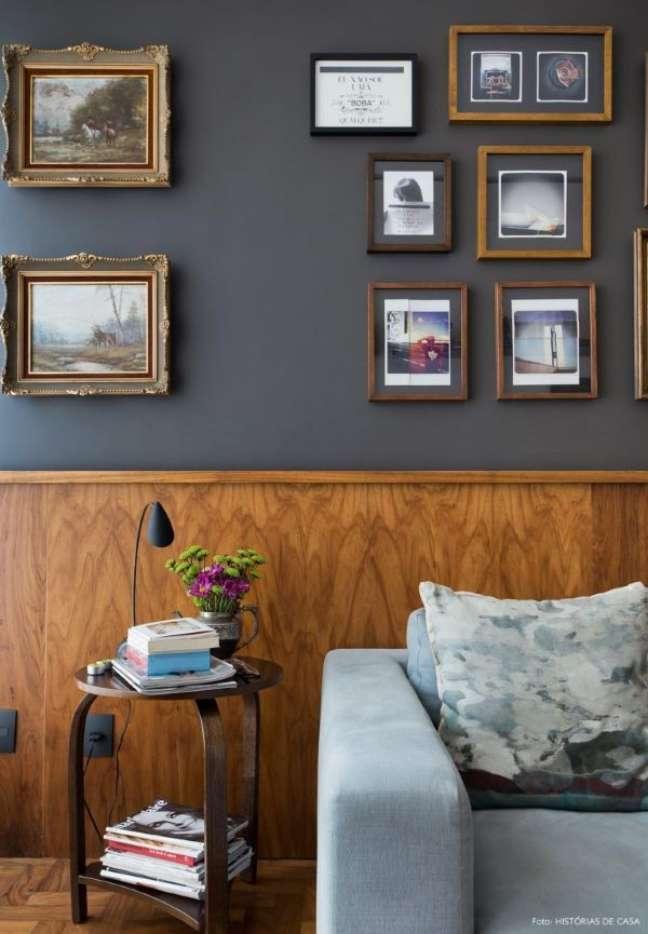 16. Decoração com rodameio de madeira e parede cinza – Foto Arkitito