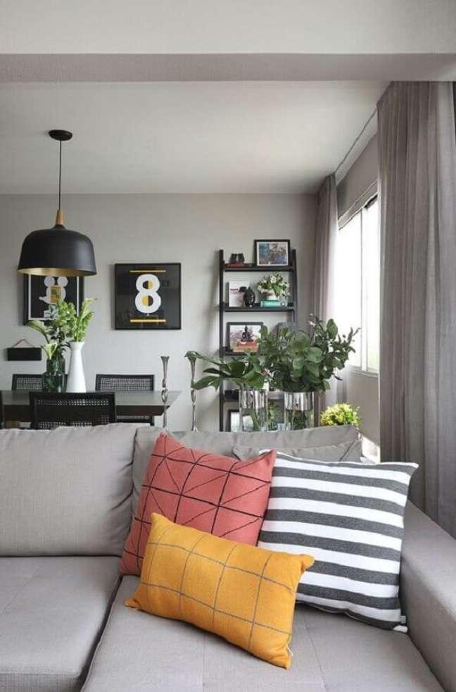 41. Ideia de combinação de almofadas para sofá cinza – Foto: FNCR Arquitetura