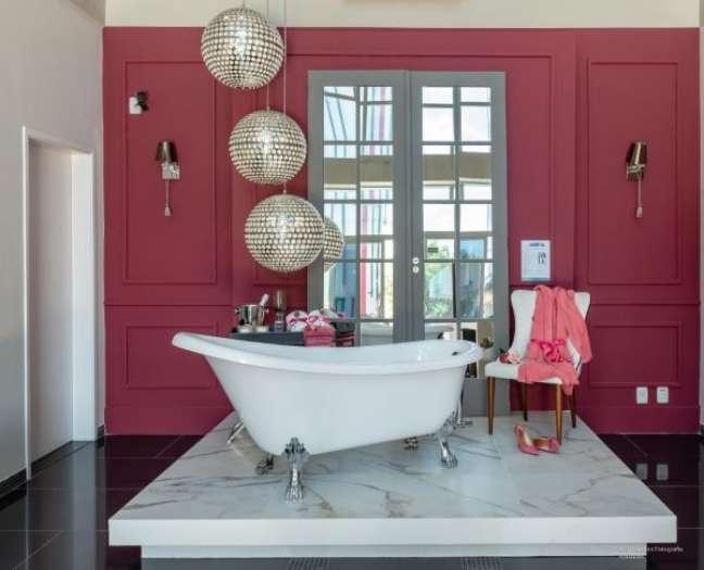 56. Banheiro com parede vermelha e rodameio de gesso – Foto Arquitetura Patricia Bonadia