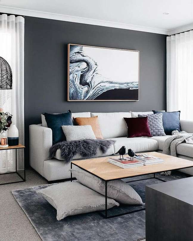 4. Decoração moderna para sala com combinação de almofadas para sofá cinza claro – Foto: Decor Fácil