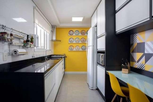 21. Feng shui cozinha: a cor amarela ilumina a decoração da cozinha. Projeto de Cris Paola