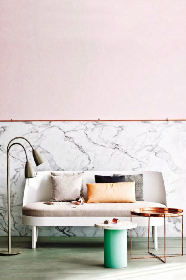 52. Sala de estar com rodameio rose e parede de marmore – Foto FANCY
