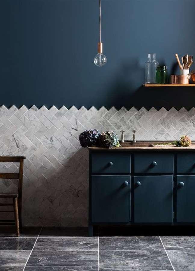 21. Parede com rodameio de granito e parede azul marinho – Foto Decorfacil
