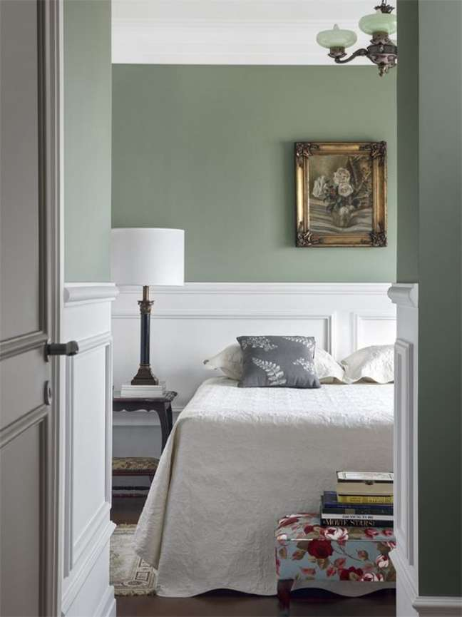 25. Quarto com rodameio branco e parede verde claro – Foto Casa Abril