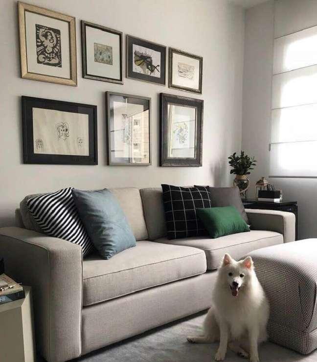 54. Sala decorada com quadros de parede e almofadas para sofá cinza claro – Foto: Livia Dalmaso