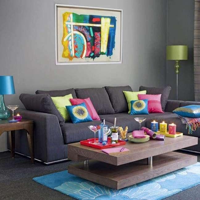 33. Decoração de sala simples com almofadas decorativas para sofá cinza – Foto: Artfinder