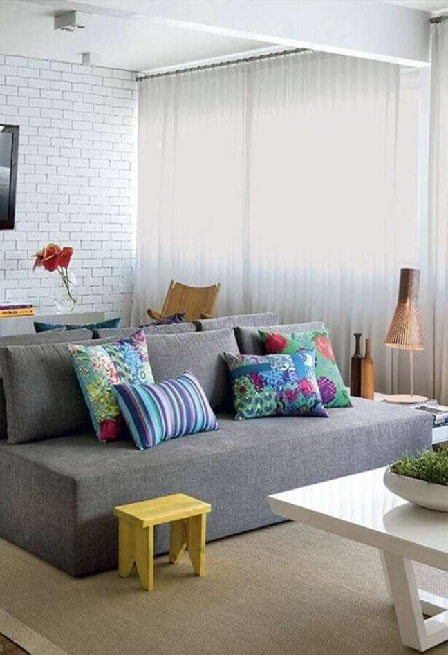 39. Decoração para sala de TV com almofadas para sofá cinza sem braço – Foto: Casa e Construção