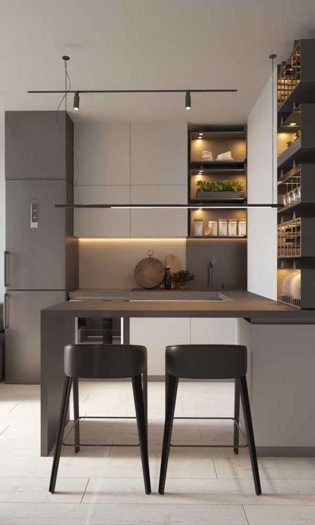 32. Cozinha com móveis planejados e porcelanato branco – Foto Shababalra Feldan